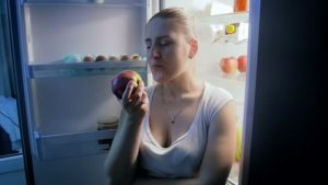 من أهم عيوب تناول التفاح في الليل احتمال الإصابة بقرحة المعدة أو ارتجاع المريء.